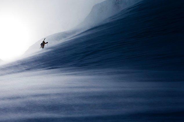 Johan Jonsson ise karlı havanın zorluklarına karşı koyan bir yürüyüşçüyü yakalamış.