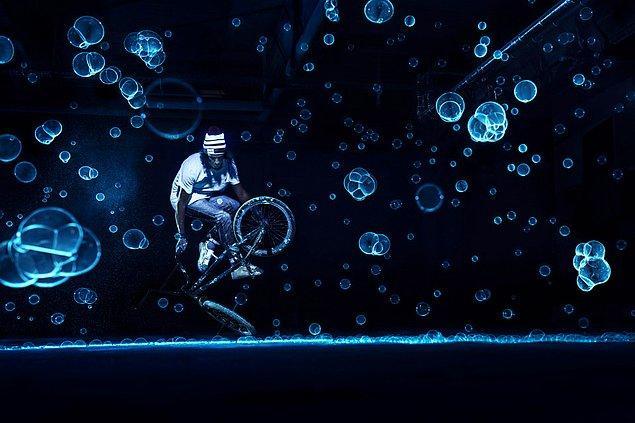 Markus Berger'ın bu fotoğrafı ise üzerinde oynanmış olmasına rağmen bisikletçilerin çılgın tarafını başarıyla yansıtıyor.