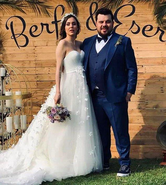 Düğün mevsimini açan ünlüler kervanına Eser Yenenler ve Berfu Yıldız da katıldı biliyorsunuz. Düğünde gelin ve damattan daha çok konuşulan şeyler vardı yalnız:)