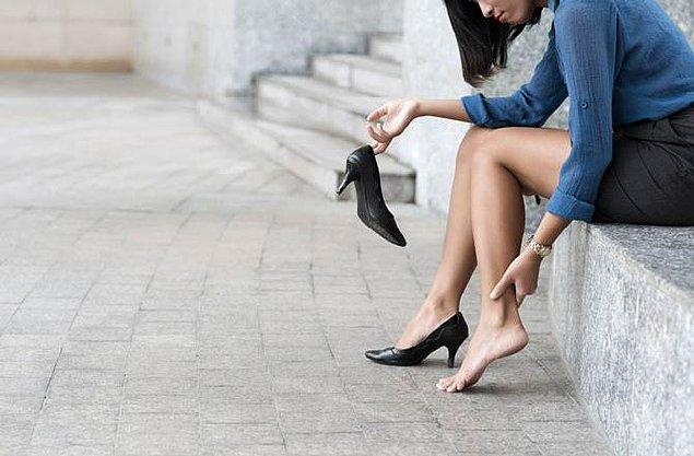 Japonya'da da kadın çalışanlar için çok keskin bir kural var; topuklu ayakkabı.