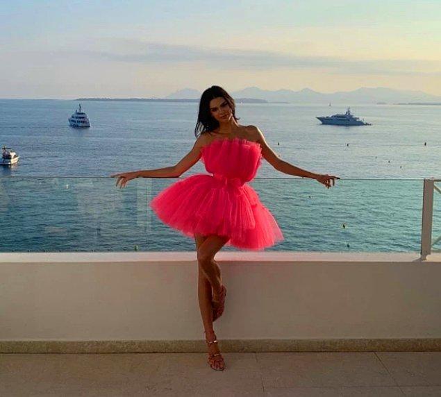 Süper model Kendall Jenner, amfAr etkinliğinde giydiği kabarık pembe elbisenin içinde bir bacağını kaldırarak çektirdiği fotoğrafla pozun nasıl olması gerektiği konusunda bir öncü oldu.
