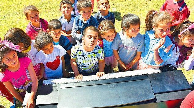 """Doğuştan görme engelli """"absolut"""" (kusursuz) kulağa sahip 7 yaşındaki Bager Çalışcı'nın, kendisi gibi görme engelli müzik öğretmeni Caner Keser, öğrencisinin köy çocuklarına konser verme hayalini gerçekleştirmek için çalışma başlattı."""