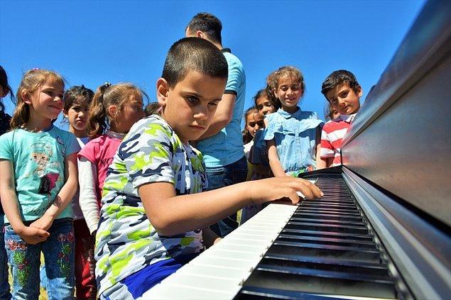 Kusursuz kulak Çalışcı, bu alanda köy okulundaki öğrencilere piyano ile klasik müzik dinletisi sundu.
