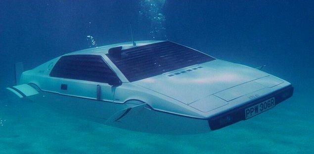 Kendisi, 1977 yılında yayınlanan James Bond filmindeki hem karada hem de su altında sürülebilen, amfibi bir araba olan 1976 Lotus Esprit'ten bahsediyordu.