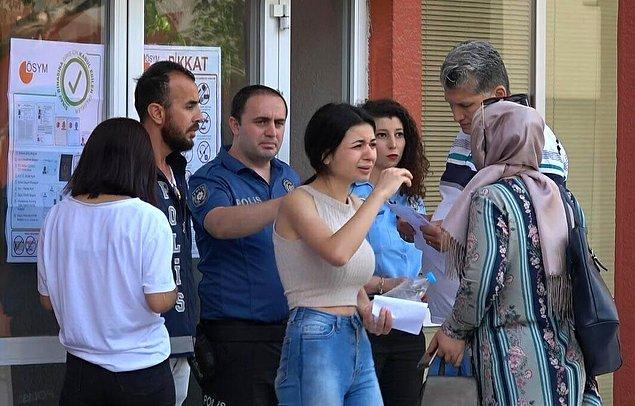 İzmir Ege Üniversitesi Yabancı Diller Fakültesi'nde sınava girecek olan bir kız öğrenci, giriş saati olan 10.00'u 8 dakika geçe geldiği için salona alınmadı.