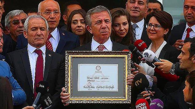 Ve aslında arkasında büyük bir hüzün olan bu fotoğraf beş yıl sonra bir gerçeğe dönüştü, Mansur Yavaş mazbatasını alarak resmen Ankara Büyükşehir Belediye Başkanı oldu.
