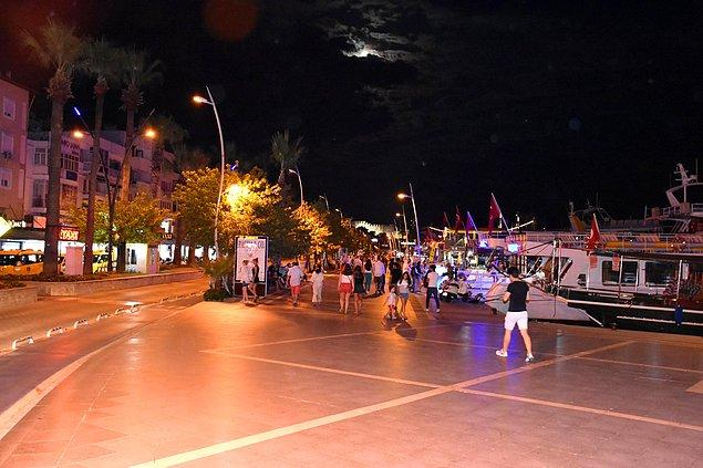 Muğla'nın Marmaris ilçesinde tatilci ve vatandaşlar, İstanbul Büyükşehir Belediye Başkan adaylarının canlı yayını izlemek için sokakları boşalttı.