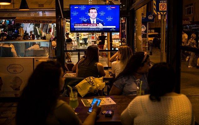 Türkiye'yi ekran başına getiren programı izleyen vatandaşlardan objektiflere yansıyan görüntüler📷