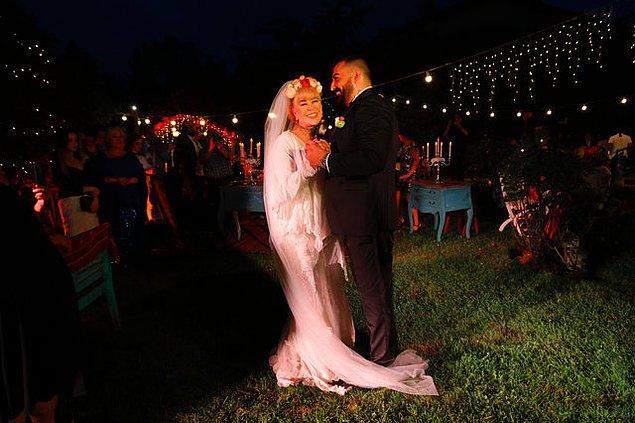 Düğün, Zerrin Özer'in Zekeriyaköy'deki villasının bahçesinde gerçekleşti.