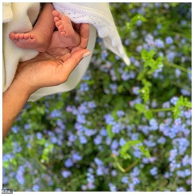 12 Mayıs tarihinde Archie'nin ayak parmaklarının paylaşıldığı fotoğraftan sonra, ilk kez bu güzeller güzeli bebeği tamamen görme şansımız oldu.