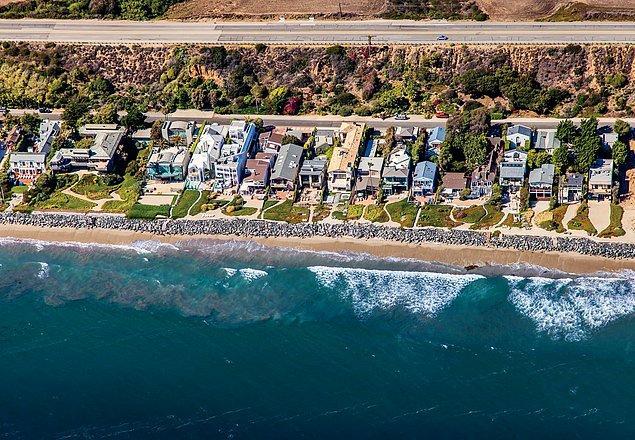 Kıyılar üzerinde bir helikopterle uçuş gerçekleştirdi ve gördüğü noktaları fotoğrafladı.