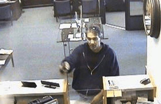 Yüzünü limon suyuyla kapladı ve iddiasını taçlandırmak için bir bankayı soymak maksadıyla yola koyuldu.