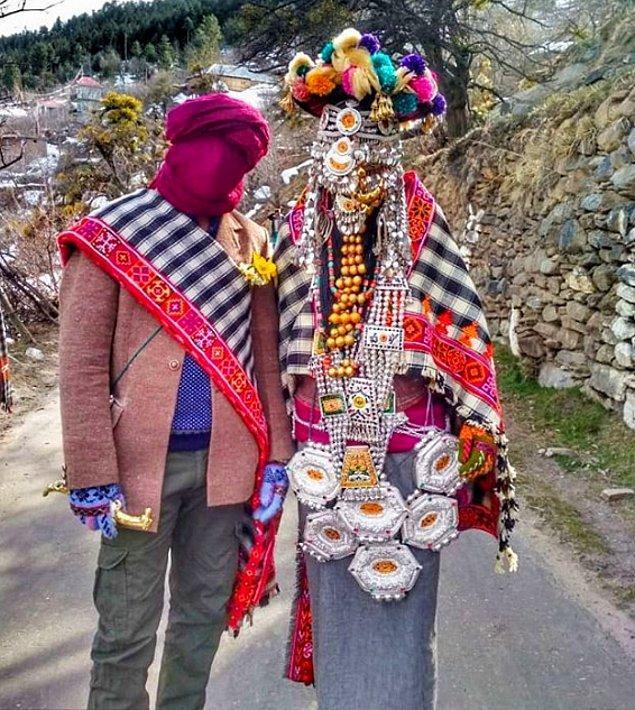 3. Hindistan'ın Cemmu ve Keşmir bölgesinde yapılan düğünlerde gelinler; gümüş zincirlerle yapılmış peçe, büyük kolye ve Budist tılsımı takarlar.