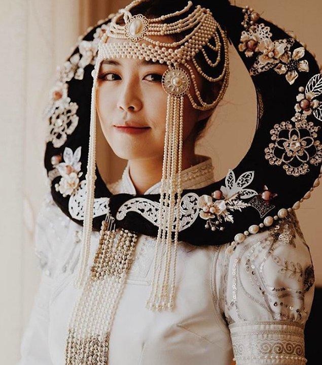 """5. Orta Asya'daki Moğol gelinler, yüzyıllardan beri düğünlerinde """"deel"""" adı verilen desenli elbise giyer."""