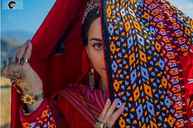 10. Türkmen gelinleri, başlarından parmak uçlarına kadar kötü ruhları kovduğuna inanılan ve nazarlık olarak görülen pelerinle kaplanır.