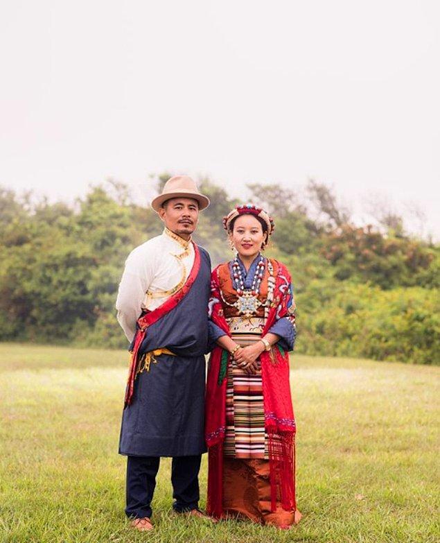11. Tibet'te yapılan düğünlerdeki damatlar, gelinlere düğün elbisesi ve örgüsünü bağlaması için başlığın da içinde olduğu gümüş mücevherler veya Buda'nın küçük metal tılsımını verir.