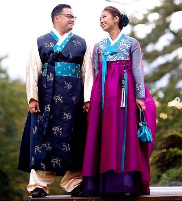 """13. Güney Kore'de, gelinler """"hanbok"""" isimli uzun yıllardır geleneklerini temsil eden sade kesimli ve canlı renkli elbise giyerler."""
