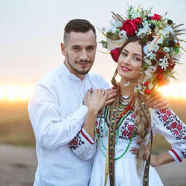 21. Ukraynalı gelinlerin düğün kıyafetleri genellikle, gençlik ve güzellikle bağdaştırılan renkli çiçek nakışlı elbiselerden oluşur.