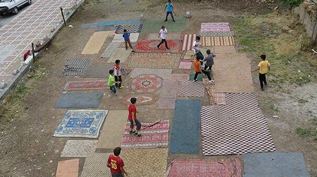 Yozgat'ta yaz tatilinin bitmesini fırsat bilen bir grup arkadaş mahallelerindeki boş araziye bir futbol sahası yapmaya karar verdi.