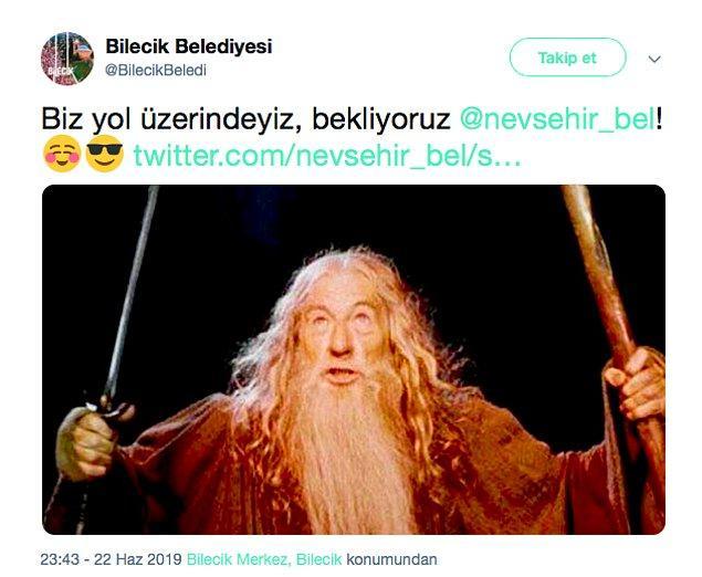 Bu tweet'e sessiz kalamayan Bilecik Belediyesi de Yüzüklerin Efendisi filminden Gandalf karakterinin fotoğrafını paylaşarak hazır beklediklerini söyledi. 🤣 Ve sonrasında olaylar başladı.