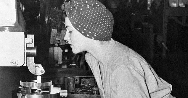 """Bu fotoğraftaki kadın """"Rosie the Riveter"""" yani """"Perçinci Rosie"""" olarak biliniyor. Asıl ismi Naomi Parker Fraley. Kendisi 1921'de doğmuş ve ailesi Pearl Harbor Baskını'nın gerçekleştiği zamanlarda Kaliforniya'ya bağlı olan Alameda'ya taşınmış."""