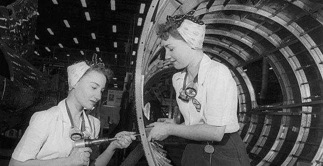 Bir gün çalıştığı fabrikaya bir fotoğrafçı geldi. Yerel gazetede bir makalede yayınlanması için kadın işçilerin fotoğrafları çekilecekti.