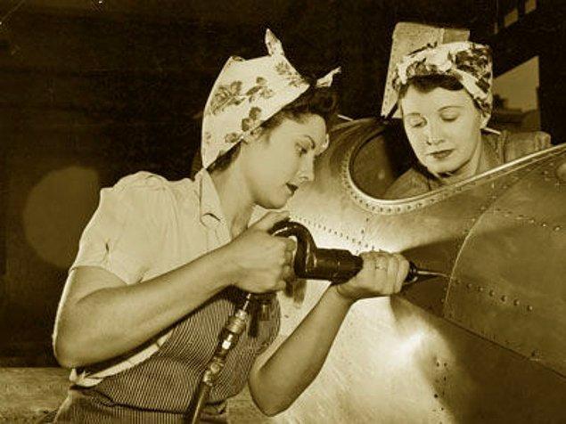 İşin tuhafı posteri daha önce hiç görmemişti. Geraldin Doyle da savaş zamanı fabrikada çalışan bir kadındı. Aslında çellist olduğu için ellerine zarar vermemek için kısa bir süre sonra işi bırakmıştı.