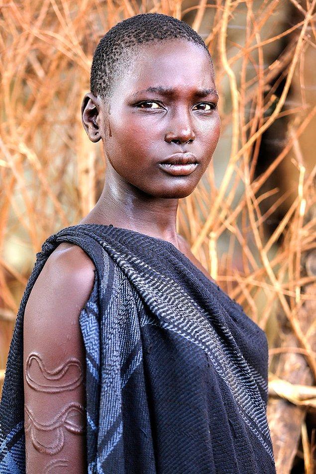 Bodili bir kadın; Mago Nehri, Debub Omo, Güney Ulusları ve Halkları Bölgesi/Etiyopya