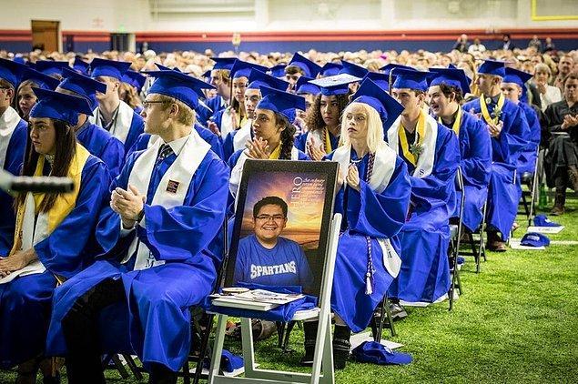 3. Bir öğrenci okulundaki silahlı saldırganlardan birine saldırmaya çalıştı ve sınıf arkadaşlarının hayatını kurtardı. Fotoğrafını mezuniyet töreninde onun yerine koydular.