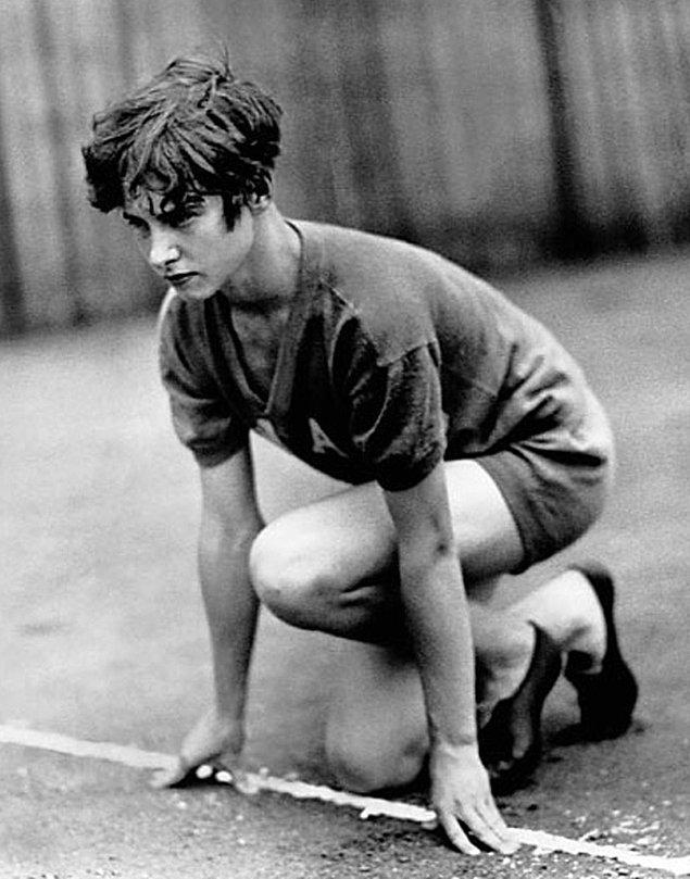 8. Koşucu Betty Robinson bir uçak kazası yaşadı ve yanlışlıkla, öldüğü açıklandı. Komada 7 hafta geçirdi ve tekrar yürümeyi öğrenmesi 2 yılını aldı. 5 yıl sonra Olimpiyat oyunlarında altın madalya kazandı.