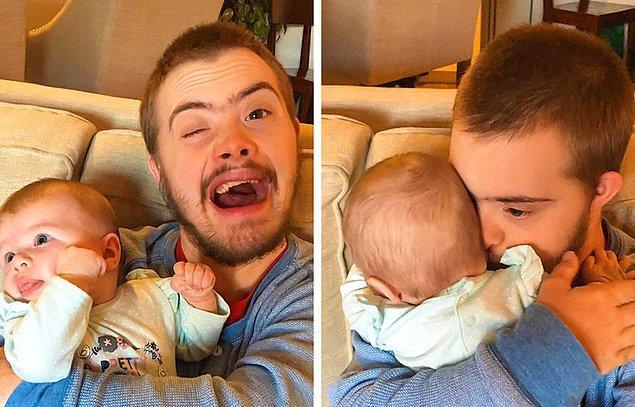 """15. """"Kardeşim Down sendromlu. Bebek tutmayı çok seviyor ama çoğunlukla ona izin verilmiyordu. Eşim ve ben bugün bebeğimizi tutmasına izin verdik. Bebeğimizi ilk verdiğimizde bu şekilde görünüyordu. 5 dakika boyunca hareket etmeden tuttu. Neredeyse ağlıyordum."""""""