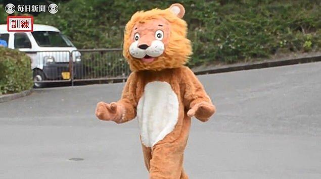 Aslan firarına hazırlanmak için aslan kostümü giyen adamın canlandırdığı sahnenin görüntüleri oldukça neşeliydi.