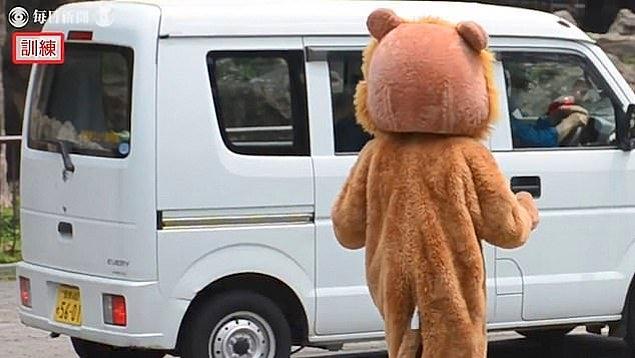 Tatbikatın ikinci bölümünde ise, içinde hayvan bakıcılarının bulunduğu küçük bir minibüs alana giriyor ve oyuncak bir tabancayla aslan kostümü giymiş adam nişan alınıyor.