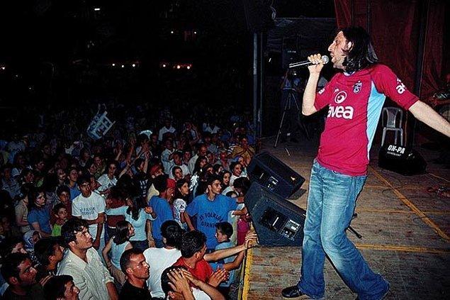 """1992'de Ali Enver'le birlikte """"Dinmeyen"""" isimli müzik grubunu kurarak ilk profesyonel çalışmalarını yaptı."""
