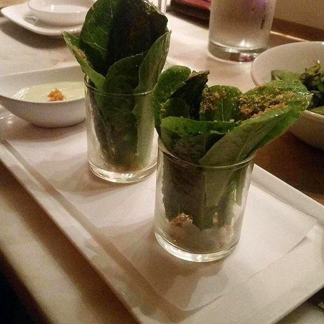 """5. """"Bir konsept restoranında dün akşam bu 'Sezar' salatasına 16 dolar ödedim."""""""