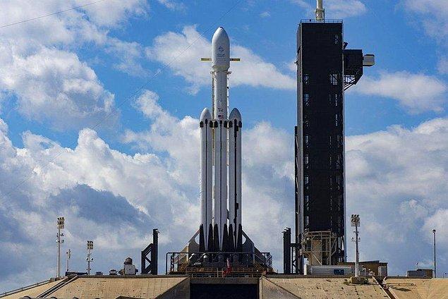 Falcon Heavy kamuoyunun dikkatini ilk kez Şubat 2018'de çekmişti. SpaceX o dönem, kırmızı TESLA Roadster aracı uzaya fırlatarak bir bakıma şov yapmıştı.