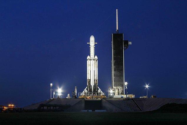 Özellikle gücüyle dikkat çeken Falcon Heavy'nin ilk üç adım kuvvetlendiricisi yeniden kullanılabiliyor ve Dünya'ya dönmeye programlanmış halde uzaya gidiyor.