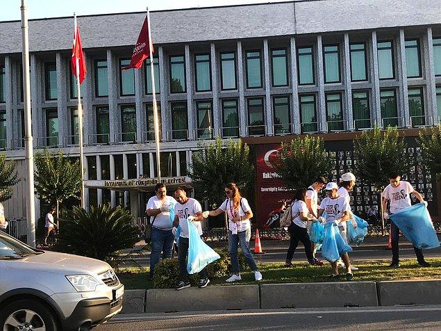 İstanbul Gönüllüleri, İBB binasının bulunduğu Saraçhane'de çöpleri topladı.