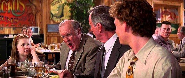 """10. """"Düğün törenimdeki yemeklerden babam sorumluydu. Ona 500 dolarlık bir bütçe verdik. Düğüne gidince gördüğümüz şey ise 200 dolar maliyete gelen sosisli sandviçlerdi..."""""""