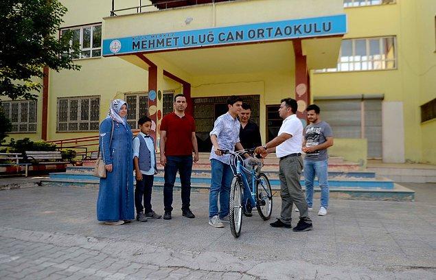 Muhammet Halil'e başarısından dolayı, okul müdürü Cumali Çelik tarafından bisiklet hediye edildi.