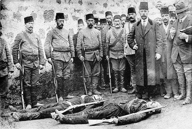 Bu kovalamaca sırasında, Gürcü beyinin iki çok sevdiği ve beraber şehirden uzaklaştığı amca oğullarını öldürdüğü haberini alır.
