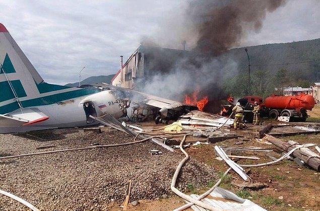 Yaklaşık 40 yolcuyu taşıyan uçaktaki iki pilot olay yerinde hayatını kaybetti, 22 kişi de yaralandı.