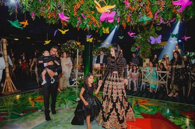 Çiftin büyük kızları Lamaisah da, siyah ve yerlere uzanan bir elbise giydi.