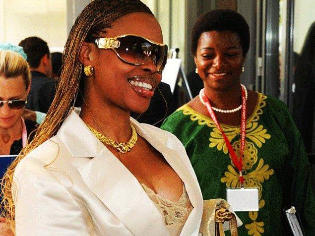 13. Svaziland Krallığı'nda III. Mswati'nin eşlerinden biri olan Inkhosikati LaMbikiza. Kendisi çok güzel olduğu için Kral hep onunla seyahate çıkar. Peki Svaziland'ın kendi gibi kaç tane First Lady'si var?