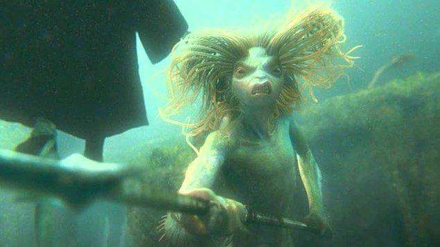 10. J.K. Rowling'in yer verdiği bir başka mitolojik figür de sirenler. Sirenler, güzel sesleriyle denizcileri büyüleyip gemilerini kayalığa doğru sürmelerini sağlayan kötü varlıklardır.