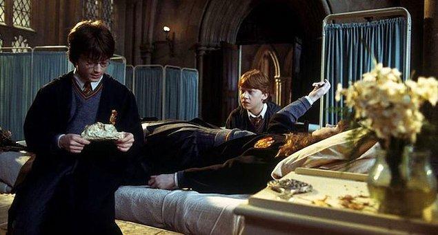 11. J.K. Rowling gorgonların (Medusa) gözlerine bakıldığında taşa dönüşme hadisesini de Sırlar Odası bölümünde kullanmıştır. Dev yılan Basilisk'in gözüne bakan ölmekte, yansımasını gören ise taşlaşmaktadır.