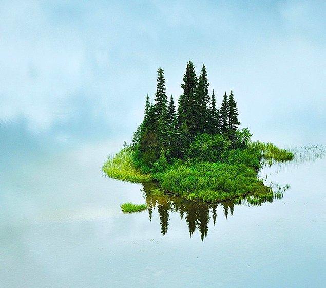 17. Bu küçük ada, havada uçuyormuş gibi görünüyor.