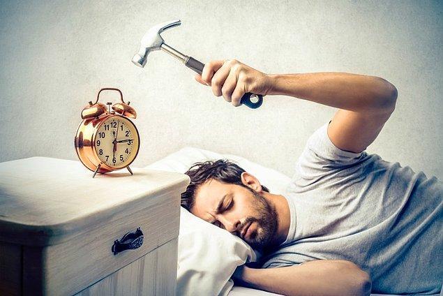 5. Yatak odanızdaki bütün alarmlardan kurtulun.