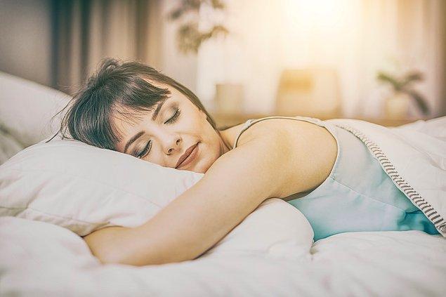 8. Eğer yüz üstü uyuyorsanız sert yastıklardan kaçının.