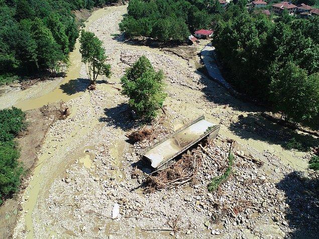 Köprüler yıkıldı, heyelan nedeniyle 20'yi aşkın köyle bağlantı kesildi.